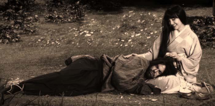 映画「Masterless」の中で主人公を誘惑するシーンを演じる南果歩(右)