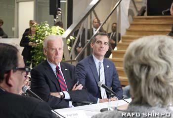 LAでクリーンテクノロジー産業に携わる代表者(手前)のこれまでの取り組みを聞くバイデン副大統領(左)とガーセッティーLA市長(右)