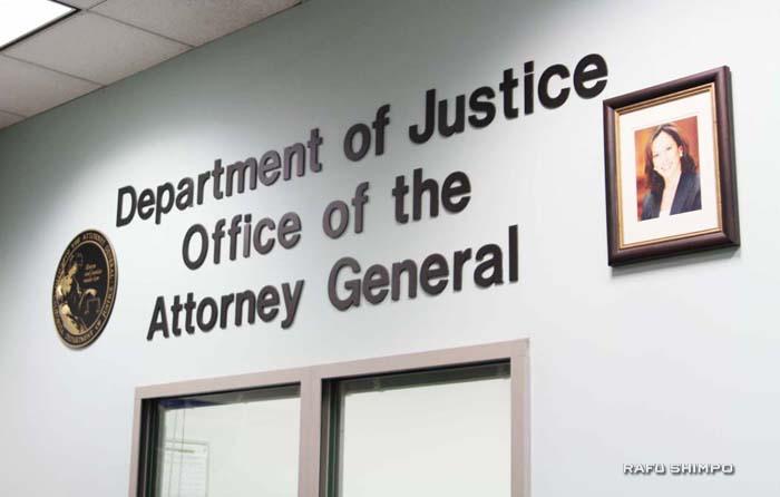 州司法省のロサンゼルス事務所の正面入り口。カマラ・ハリス長官の写真が掲示されている(写真=中西奈緒)
