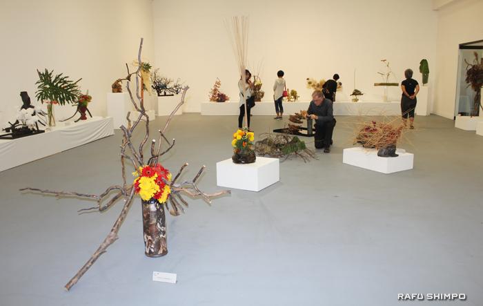 枯れ木や枯れ葉、異質素材を組み合わせ、水を極力使わない今年のテーマに合った作品が展示された