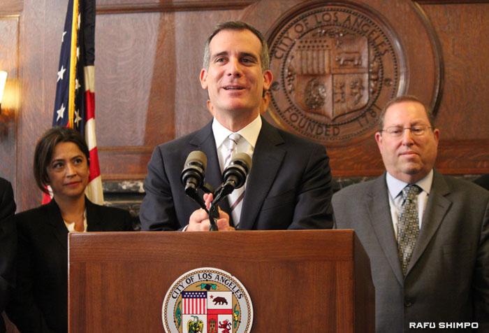 LA市の節水計画を発表してから1年が経過し、市庁舎で1年間の成果を発表するエリック・ガーセッティー市長