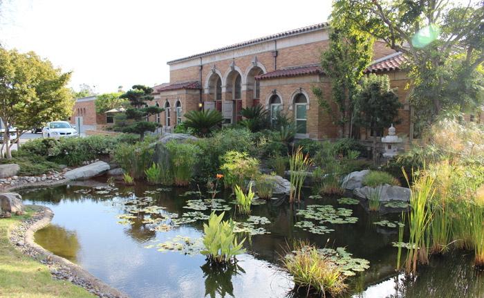 売却が決まった4施設の1つ、ボイルハイツにある「敬老引退者ホーム」と、その手入れが行き届いた美しい日本庭園(写真=中西奈緒)
