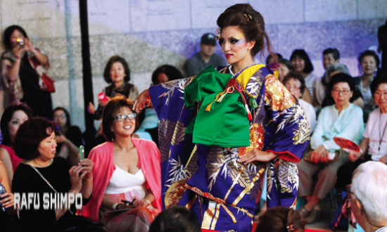 Dramatic kimono fashion at the 2014 Nisei Week Fashion Show. (MARIO G. REYES/Rafu Shimpo)