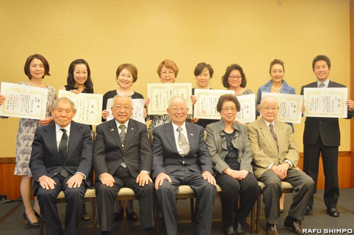 後列が、表彰を受けた各書展の主な入選者と入賞者。前列は生田博子会長(右から2人目)と顧問たち