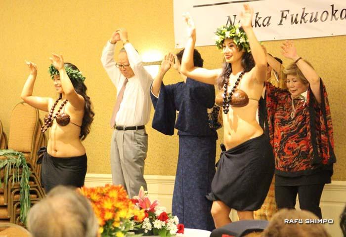 会場が多いに盛り上がったポリネシアンダンス。宗伸之会長(左から2番目)と山内ホナミ婦人会長(右端)も挑戦。
