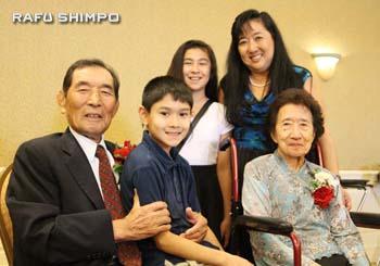 金婚式を迎えた大谷明義・松江さん夫婦と娘さんの家族