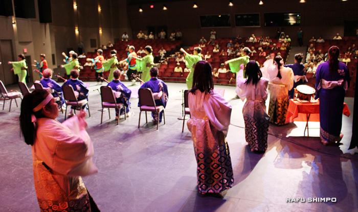 最後には6団体がステージにあがり、福岡県民謡の炭坑節を踊って、歌って、演奏した