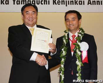 村岡知事(右)から感謝状を授与された吉本会長