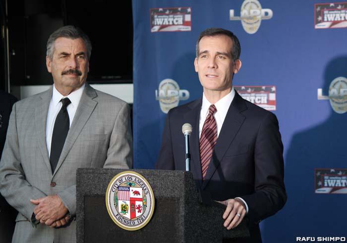 テロへの警戒を強め、不測の事態に備え対応していきたいと話すガーセッティーLA市長(右)とLAPDのチャーリー・ベック本部長