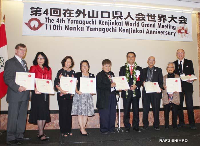 長年にわたり同会の運営に携わり功労者表彰を授与されたメンバー