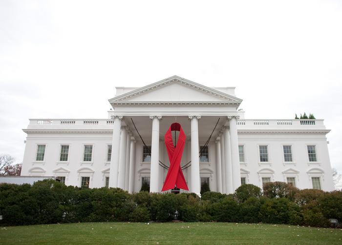 エイズへの理解と支援の意思を示すため世界エイズデーのシンボルとなった「レッドリボン」がホワイトハウスにも飾られた=1日
