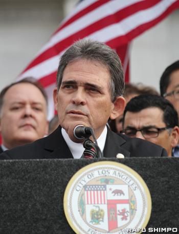 銃乱射事件後、各地から寄せられた支援に感謝の言葉を述べるサンバナディーノ市のデービス市長