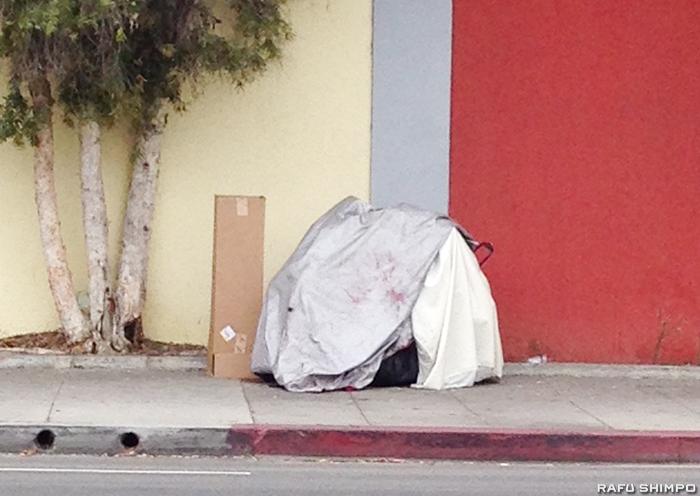 LA市の路上で至る所で目にするホームレスが暮らすテント