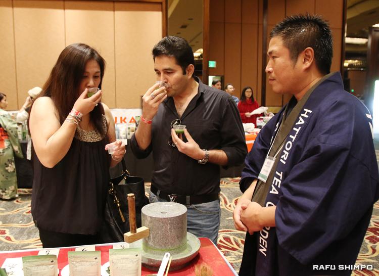 「流通サービス」のブースで抹茶を試飲する参加者