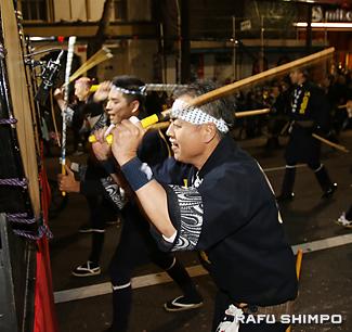 力強い太鼓演奏を披露する山田聡さん