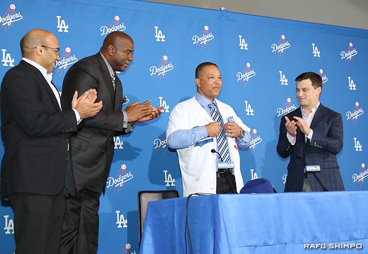 オーナーのマジック・ジョンソン氏(左から2人目)からユニホームを贈られ、祝福を受けるロバーツ新監督