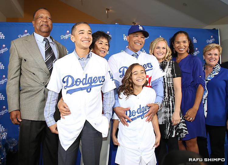 家族で記念写真に収まるデーブ・ロバーツ新監督(右から3人目)。左隣が母親の栄子さん