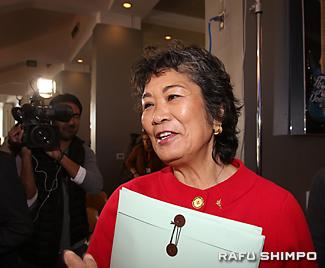 日本のメディアに囲まれ、息子のデーブさんについて語る母の栄子さん