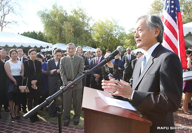 招いた約500人の参加者を前に、あいさつに立つ堀之内総領事(右)