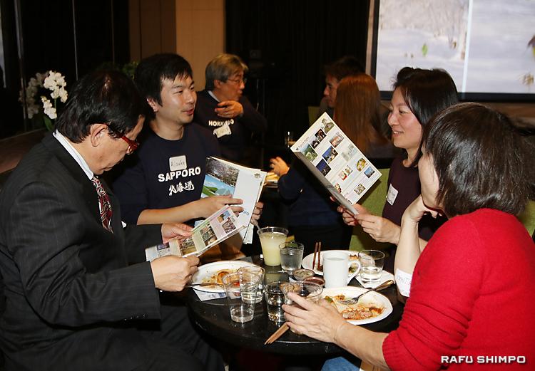 「北海道スキーナイト」で、中国系旅行会社の参加者に、自社のスキーリゾートについて紹介するスタッフ
