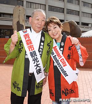 南加青森県人会会長の奈良佳緒里さん(右)と同時に青森市から観光大使に任命された豊島さん