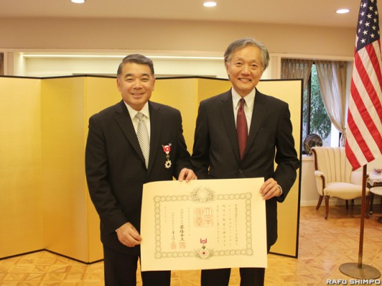 Terry Hara (left) receives the Kunsho from Consul General Harry Horinouchi. (JUNKO YOSHIDA/Rafu Shimpo)