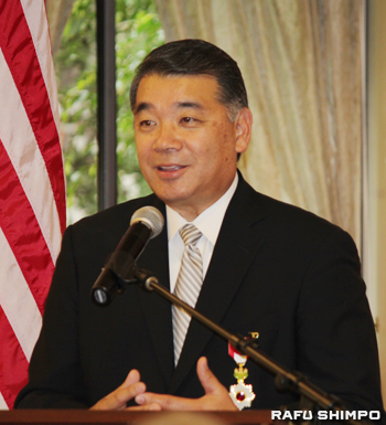Terry Hara speaks after receiving his medal. (JUNKO YOSHIDA/Rafu Shimpo)
