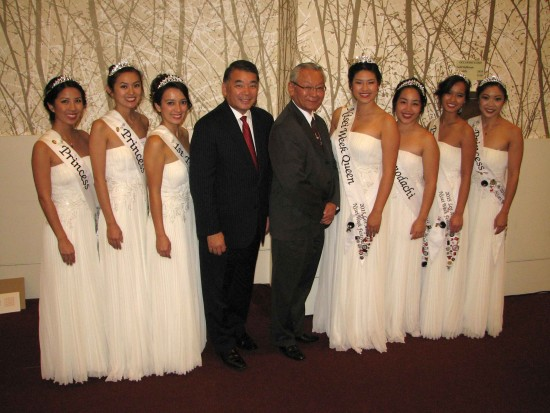 Nisei Week Foundation President Terry Hara and former LTSC Executive Director Bill Watanabe with the 2015 Nisei Week Court (from left): Princess Michelle Kaori Hanabusa, Princess Camryn Michiko Rie Sugita, First Princess Veronica Toyomi Ota, Queen Sara Kuniko Hutter, Miss Tomodachi Karen Nana Mizoguchi, Princess Kelsey Nakaji Kwong, Princess Tamara Mieko Teragawa. (J.K. YAMAMOTO/Rafu Shimpo)