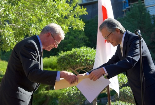 Kelly Moeur receives his medal from Consul General Harry Horinouchi. (Photo by George Nakamura)