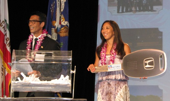 Natalie Nakase and emcee David Ono conduct a drawing during GFBNEC's Evening of Aloha. (J.K. YAMAMOTO/Rafu Shimpo)