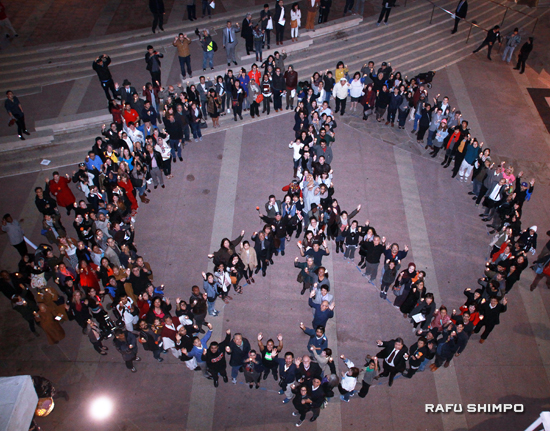 At the conclusion of the program, attendees formed a giant peace sign. (MARIO G. REYES/Rafu Shimpo)