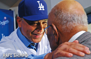 Roberts shared a heartfelt moment with former Dodger pitching great Don Newcombe, who likened the importance of the managerial choice to Jackie Robinson's entry into baseball and the election of President Barack Obama. (MIKEY HIRANO CULROSS/Rafu Shimpo)