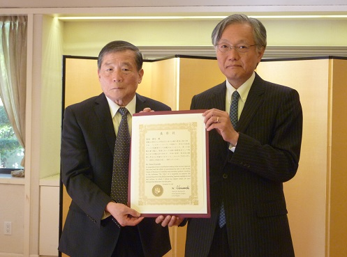 Yasuo Kumoda (left) and Consul General Harry Horinouchi.