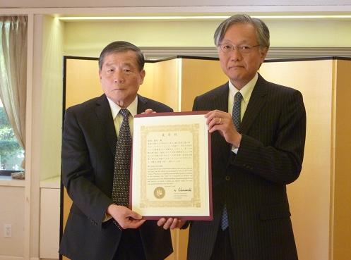 Yasuo Kumoda (left) and Consul General Harry Horinouchi.