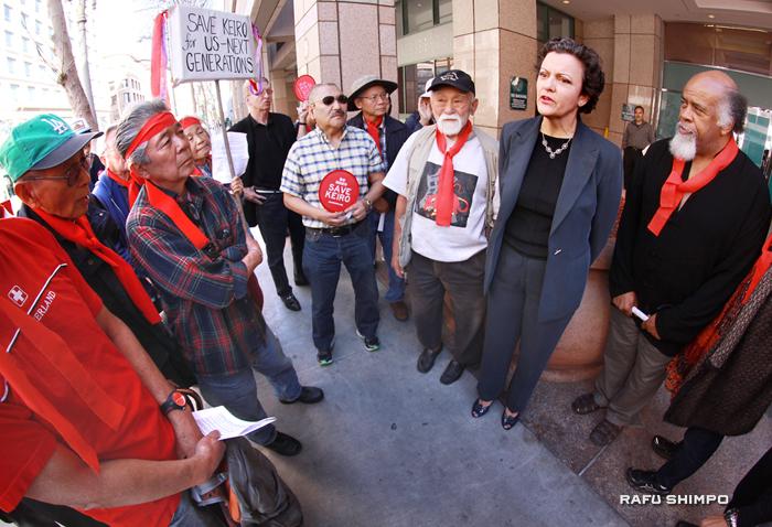 州司法当局ロサンゼルス・オフィスが入るロナルド・レーガンビル前で、敬老売却反対の人たちの声を聞き、それに答えるタニタ・イバネス上位補佐官(右から2人目)。右から3人目が守る会のモー西田氏。一番右がMLKのクワジ・クルマ氏(写真=マリオ・レイエス)