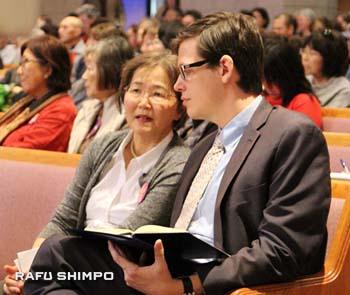 参加者の声を聞きノートをとる州司法当局のロバート・サムナー副司法長官(右)。日本語のスピーチには守る会の池田啓子氏が通訳をして伝えた。