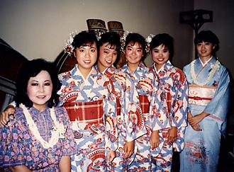ハワイで生徒に囲まれる照屋勝子(左端)