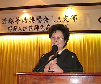 琉球箏曲興陽会の師範・教師免許伝達式であいさつする照屋勝子支部長