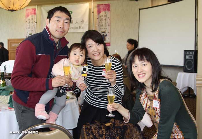 新入会員として初参加の都筑由佳さん(右端)と松本さん夫妻とベビー