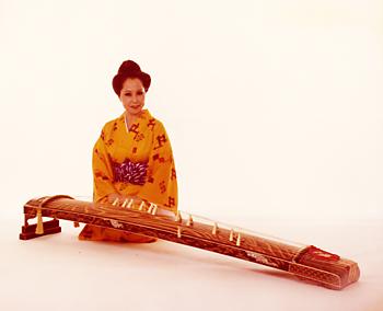 琉球箏曲の演奏前に写真に納まる照屋勝子