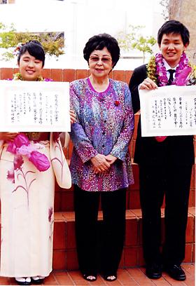 昨年、沖縄で開催された琉球古典芸能コンクールで入賞したプレホダ富男(右)、赤嶺多美子(左)と照屋勝子