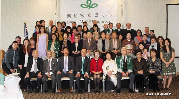 県人会メンバーとゲストを交えての新年の記念写真