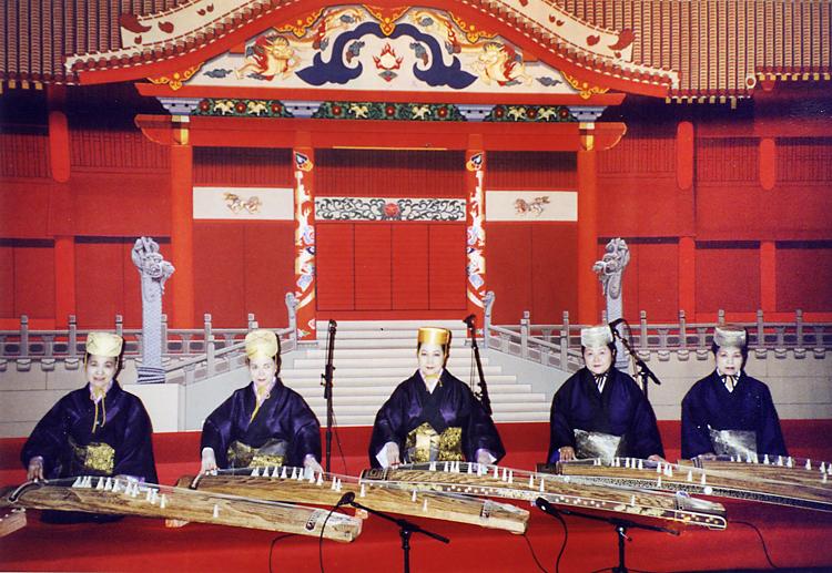 首里城を模したステージで演奏する照屋勝子(中央)