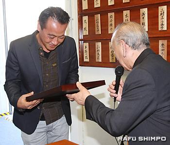 ねぶた祭への貢献で表彰を受ける三木幸平さん