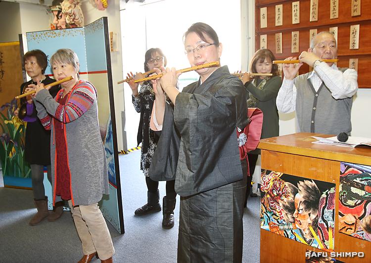 ねぶた囃子の笛は、息の合った演奏を披露した。中央が表彰された豊田房子さん
