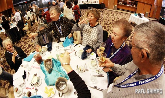 Attendees at the Terminal Islanders' Shinnen Enkai drink a toast to the Year of the Monkey. (MARIO G. REYES/Rafu Shimpo)