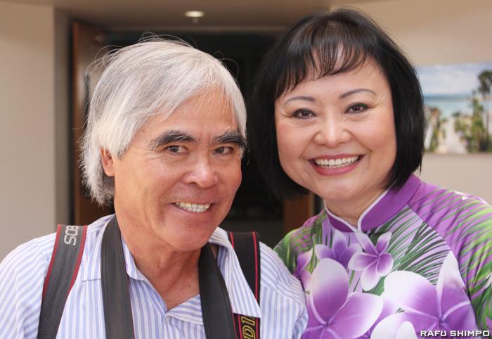 LA在住で親日家としても知られるピュリツァー賞受賞の報道写真家のウト氏(左)とフックさん