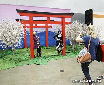 富士山と桜、鳥居のセットを設けるアニメ・エキスポ。記念撮影で人気だった