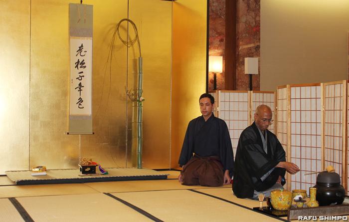 「初点式」で茶を点てる禅宗寺茶道部のケネディ宗幽氏(手前)と半東のルイス・オロスコ氏