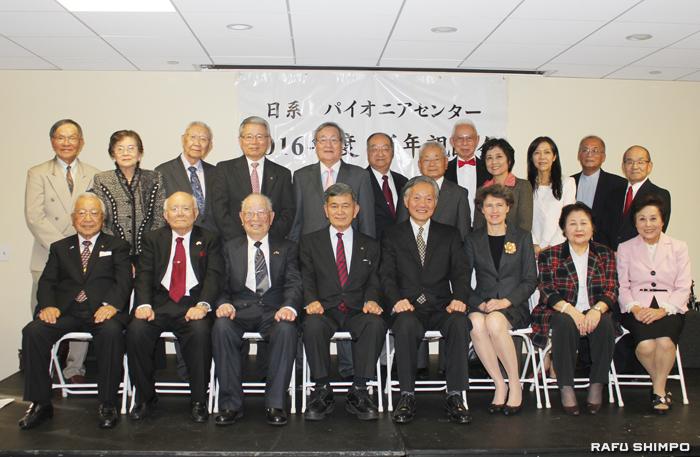 今年の役員、理事メンバーと来賓の堀之内総領事(右から4人目)とサビーン夫人(右から3人目)
